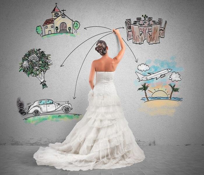 En kommende brud som planlegger bryllupet sitt ved å illustrere det på en stor tavle.