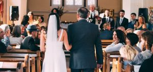 Bruden føres opp kirkegulvet av hennes far.