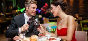 Et par på en romantisk middag på en restaurant.