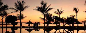 Solnedgang på en tropisk strand på Bali.