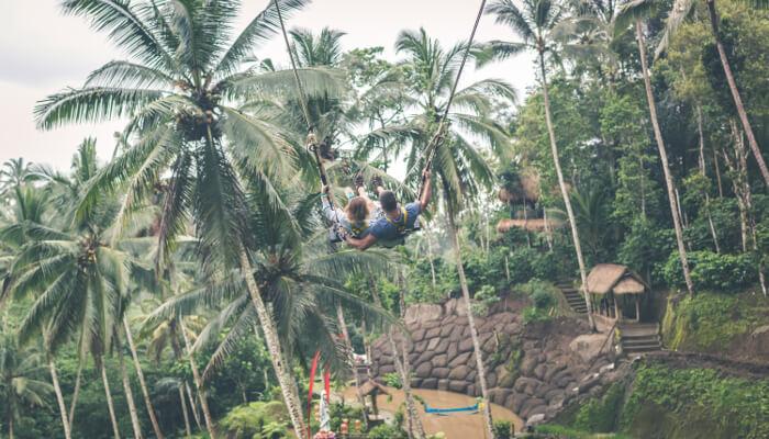 Et par som husker i en Bali huske.