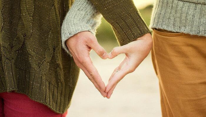 Par som former et hjerte med hendene sine, som sympl for den store dagen.