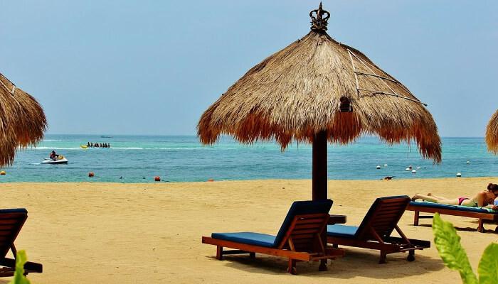 Strand i Nusa Dua, sør i Bali. Nusa Dua er kjent for de mange luksushoteller som er samlet her.