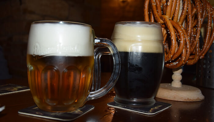 Øl servert i en pub i Praha.
