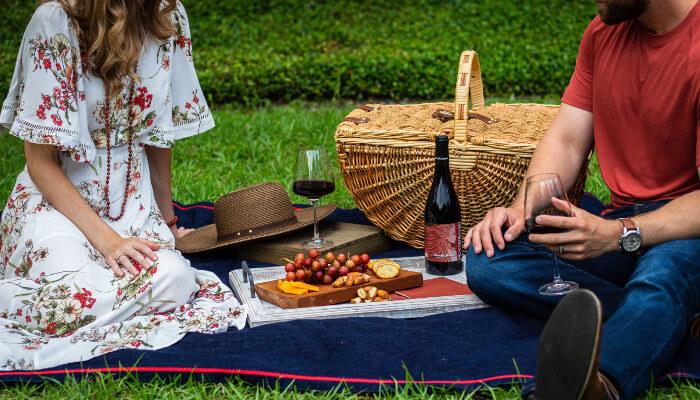 En bryllupsreise til Praha kan også tilby romantikk. Hva er mer romantisk enn en piknik i vakre omgivelser?
