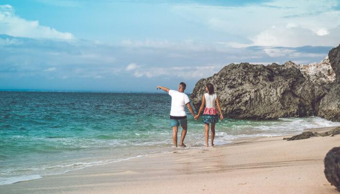 Par på bryllupsreise på en romantisk strand i Bali.