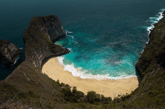 En idyllisk strand på øya Nusa Penida.