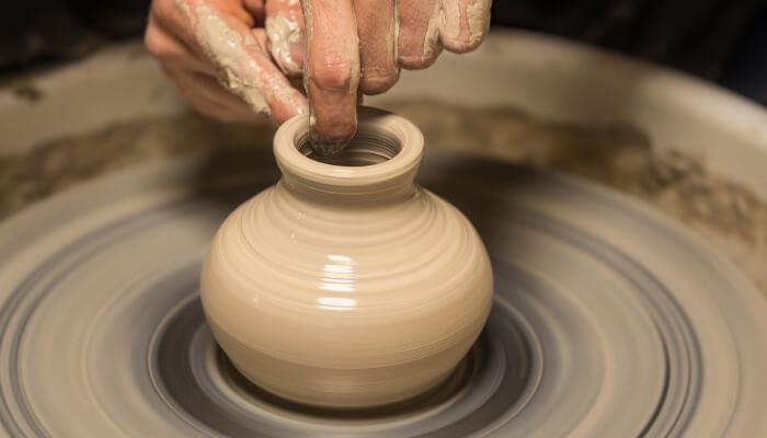En keramikkvase som dreies på en dreieskive.