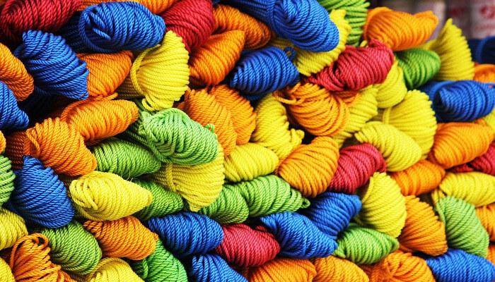 Mange garnnøster i ull i forskjellige farger.