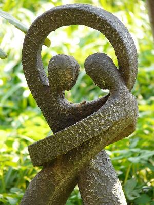 Bronsestatue som forestiller et par som holder rundt hverandre.
