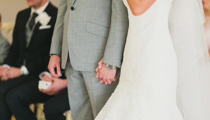 Et par under som gifter seg i utlandet. Gjester i bakgrunnen.